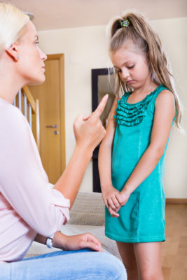 mãe repreendendo criança