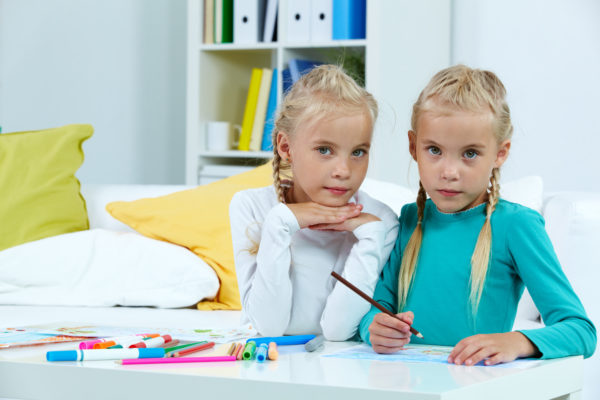 filhos gêmeos desenhando