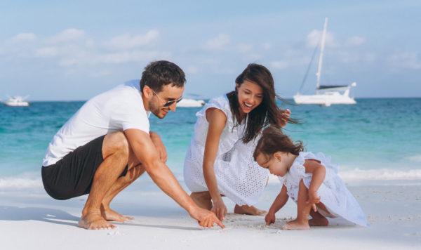 Familia fazendo brincadeira na areia
