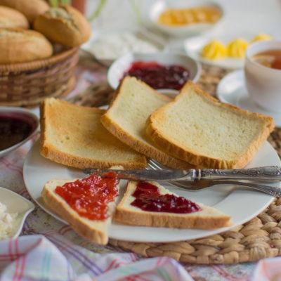 mesa de café da manhã com torradas para grávida com três meses