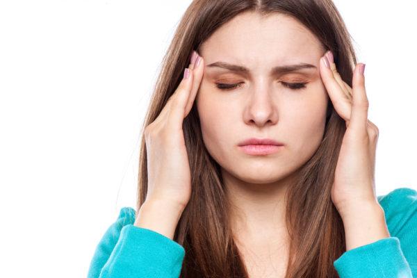 segundo mês de gravidez - mulher com dor de cabeça