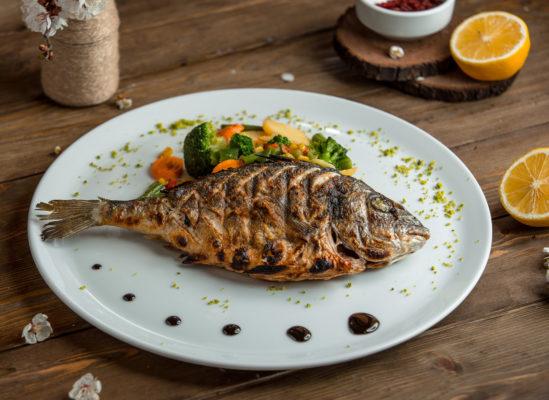 prato com peixe e salada