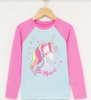 Camiseta com estampa de unicornio rosa