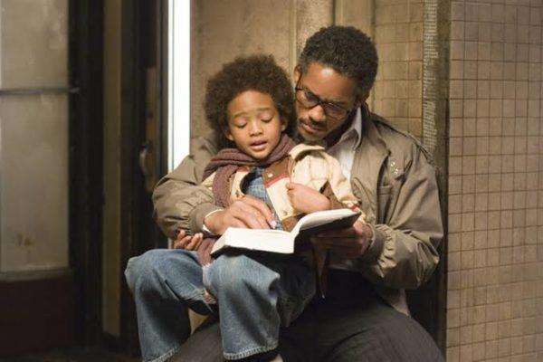 Cena do filme A procura da felicidade, que trabalha relação entre pais e filhos